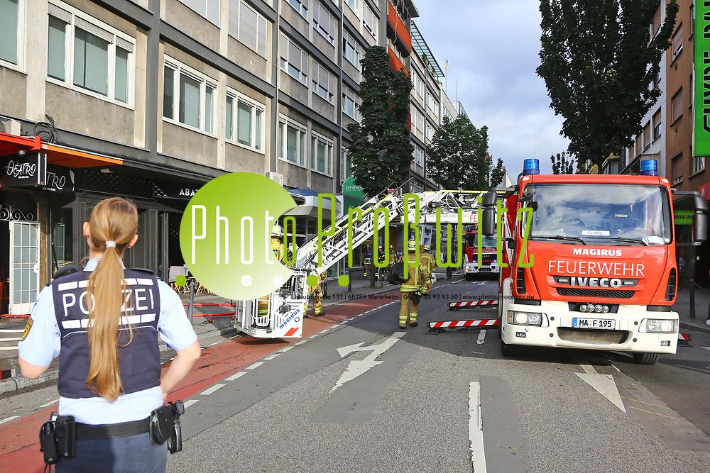 Mannheim. 30.06.17 | Brand in der Innenstadt<br /> Innenstadt. N7. Brand in einer Bar.<br /> Zu einem gr&ouml;&szlig;eren R&uuml;ckstau von Lieferfahrzeugen in der Kunststra&szlig;e f&uuml;hrt derzeit ein Brand in der Mannheimer Innenstadt. Wegen der L&ouml;scharbeiten ist die Kunststra&szlig;e derzeit noch gesperrt. Die Feuerwehr war am Morgen zu einer Verpuffung in einem Gastronomiebetrieb gerufen worden. Tats&auml;chlich brannte es in der K&uuml;che. Das Feuer f&uuml;hrte zu einer starken Rauchentwicklung. Zeitweise waren zwei L&ouml;schz&uuml;ge der Berufsfeuerwehr und die Freiwillige Feuerweh Innenstadt im Einsatz. Derzeit werden die Schl&auml;uche eingerollt, die Einsatzstelle wohl in kurzer Zeit freigegeben. Bei dem Brand zogen sich drei Personen Rauchgasvergiftungen zu. Sie kamen zur Behandlung ins Krankenhaus.<br /> <br /> <br /> BILD- ID 0419 |<br /> Bild: Markus Prosswitz 30JUN17 / masterpress (Bild ist honorarpflichtig - No Model Release!)