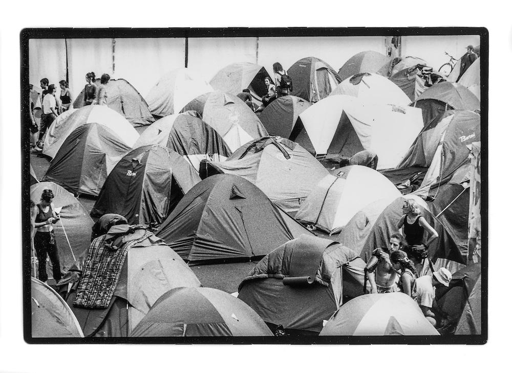 Proteste contro il summit del G8, Genova luglio 2001. Venerdì 20 luglio, corteo dei Disobbedienti. Manifestante indossa la corazza. Campeggio dello stadio Carlini.