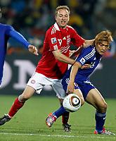 Fotball<br /> VM 2010<br /> 24.06.2010<br /> Japan v Danmark<br /> Foto: Gepa/Digitalsport<br /> NORWAY ONLY<br /> <br /> Bild zeigt Dennis Rommedahl (DEN) und Yoshito Okubo (JPN).