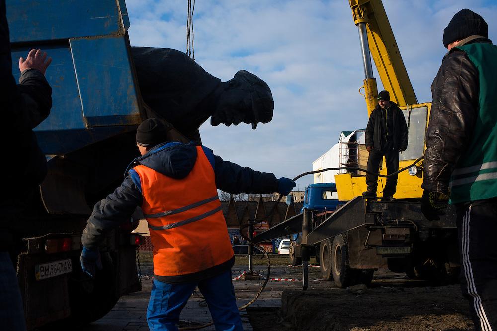Des ouvriers finissent de d&eacute;boulonner la statue de L&eacute;nine sur la place centrale, le 7 decembre 2015.<br /> <br /> Workers finish removing a statue of Vladimir Lenin from the town's central square on December 7, 2015 in Hlukhiv, Ukraine.