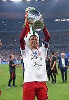 FUSSBALL EURO 2016 FINALE IN PARIS  Portugal - Frankreich          10.07.2016 Siegerehrung: Cristiano Ronaldo (Portugal) hat endlich den Pokal in der Hand