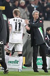 19.11.2011, BorussiaPark, Mönchengladbach, GER, 1.FBL, Borussia Mönchengladbach vs SV Werder Bremen, im BildMarco Reuss (Mönchengladbach #11) wird ausgewechselt und Lucien Favre (Trainer Mönchengladbach) dankt dem Stürmer // during the 1.FBL, Borussia Mönchengladbach vs Werder Bremen on 2011/11/19, BorussiaPark, Mönchengladbach, Germany. EXPA Pictures © 2011, PhotoCredit: EXPA/ nph/ Mueller..***** ATTENTION - OUT OF GER, CRO *****