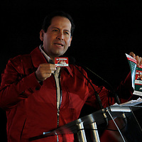 """Toluca, Mex.- En los primeros minutos de este lunes, Eruviel Ávila Villegas, candidato a gobernador del Estado de México por la coalición """"Unidos por ti"""" inicio su campaña en las torres del Bicentenario, en donde estuvo acompañado por priistas como Humberto Moreira, Luis Videgaray, Alfredo del Mazo Maza, Miguel Osorio Chong, Ernesto Némer, Lucila Garfias. Agencia MVT / Crisanta Espinosa. (DIGITAL)<br /> <br /> NO ARCHIVAR - NO ARCHIVE"""