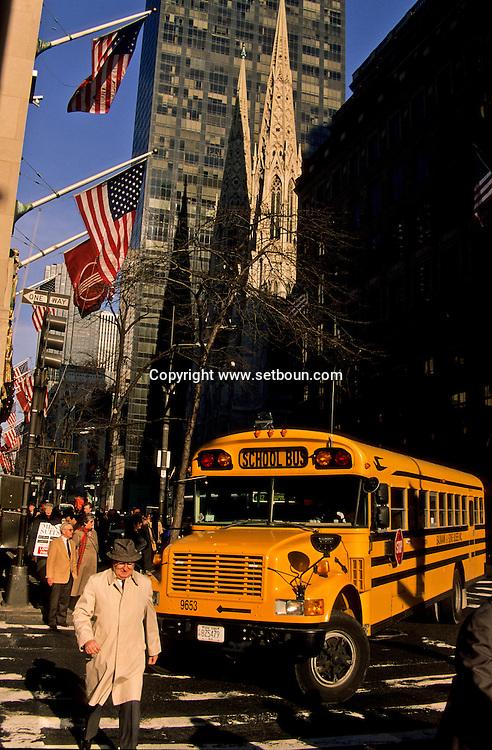 New York. school bus on Fifth avenue in front of saint patrick cathedral. Manhattan  New York  Usa /  bus  decole sur La cinquième avenue devant la cathedrale  Saint Patrick  New York  USa