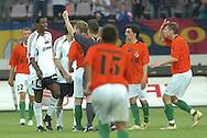 n/z.: (L) Dickson Choto otrzymuje czerwona kartke & (2L) sedzia Hubert Siejewicz (Bialystok) podczas meczu ligowego Legia Warszawa - Zaglebie Lubin 1:2 , I liga 30 kolejka sezon 2006/2007, Orange Ekstraklasa , pilka nozna , Polska , Warszawa , 26-05-2007 , fot.: Adam Nurkiewicz / mediasport..(L) Dickson Choto gets red card & (2L) referee Hubert Siejewicz (Bialystok) during soccer first division league match between Legia Warsaw and Zaglebie Lubin 1:2 in Warsaw, Poland. May 26, 2007 ; 30 round season 2006/2007 , football , Poland , Warsaw ( Photo by Adam Nurkiewicz / mediasport )