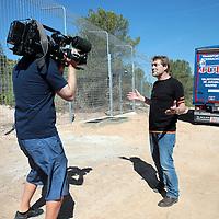 Spanje, Alicante,22 mei 2015.<br /> Stichting AAP die zich inzet voor opvang en welzijn van verwaarloosde dieren waaronder diverse apensoorten haalt nu verwaarloosde 2 tijgers en 2 leeuwen op bij een failliete circus in het plaatsje Lieusaint in de buurt van Parijs om ze vervolgens een betere toekomst te geven in opvangcentrum Primadomus in de buurt van Alicante Spanje.<br /> Op de foto: De 2 tijgers en leeuwen arriveren met de truck vanuit Frankrijk bij opvangcentrum Primadomus in de omgeving van Alicante. De kisten worden van de truck gehaald en de dieren worden geinstalleerd in hun nieuwe onderkomen. Eerst zullen ze enkele weken moeten rusten en wennen in een eerste kooi alvorens ze op een ruimer afgeschermd terrein mogen rondlopen.<br /> David van Gennep staat de cameraman te woord.<br /> <br /> <br /> <br /> Foto: Jean-Pierre Jans