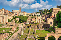Ruinen des Forum Romanum in Rom mit Triumphbögen und Kolosseum.