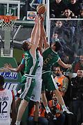 DESCRIZIONE : Avellino Final 8 Coppa Italia 2010 Semifinale Montepaschi Siena Angelico Biella<br /> GIOCATORE : Nikolaos Zisis Uros Slokar Kieron Achara<br /> SQUADRA : Angelico Biella Montepaschi Siena<br /> EVENTO : Final 8 Coppa Italia 2010 <br /> GARA : Montepaschi Siena Angelico Biella<br /> DATA : 20/02/2010<br /> CATEGORIA : Rimbalzo<br /> SPORT : Pallacanestro <br /> AUTORE : Agenzia Ciamillo-Castoria/GiulioCiamillo<br /> Galleria : Lega Basket A 2009-2010 <br /> Fotonotizia : Avellino Final 8 Coppa Italia 2010 Semifinale Montepaschi Siena Angelico Biella<br /> Predefinita :