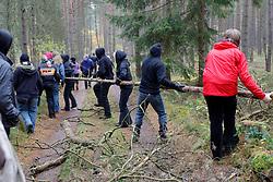 Zu einer Schatzsuche entlang der Schienen vom Bahnhof Leitstade in Richtung Oldendorf trafen sich am 31. Oktober 2010 etwa zweihundert Atomkraftgegener und 25 Trecker. <br /> <br /> Ort: Leitstade<br /> Copyright: Andreas Conradt<br /> Quelle: PubliXviewinG
