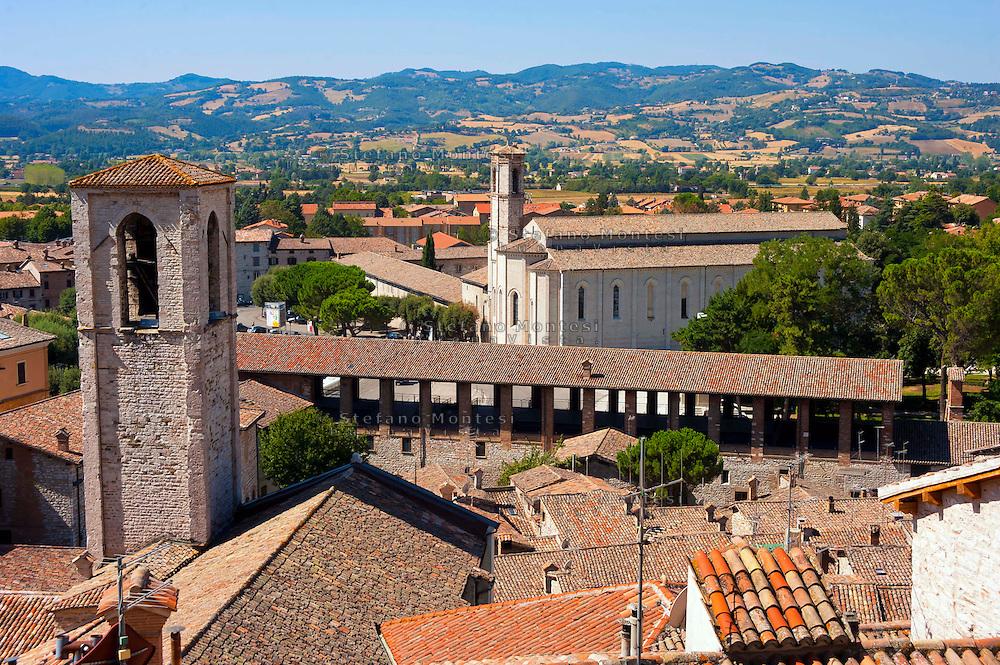 Veduta di Gubbio da Piazza Grande, con la Loggia dei Tiratori e la chiesa di San Francesco