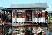 maison .village flottant.  Le village flottant de Prek Toal au Cambodge. A? l'embouchure du grand lac Tonle Sap, tous les ba?timents de ce village de pe?cheur sont conc?us pour flotter. Un extraordinaire phe?nome?ne naturel.e?le?ve et abaisse le niveau du lac et de la rivie?re sur une base saisonnie?re, ce qui fait que le village n'a jamais tout-a?-fait la me?me configuration puisqu'il suit le niveau de l'eau..
