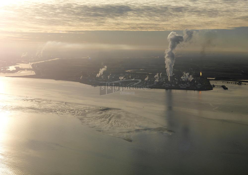 20101213 0023 Uitstoot boven chemische fabriek van Dow in Terneuzen in tegenlicht