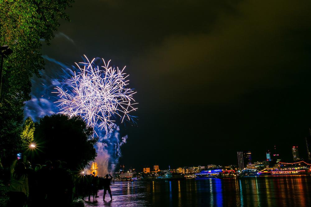 """Europe, Deutschland, Nordrhein-Westfalen, Köln, Kölner Lichter 2016  Motto  """"Kontraste"""" Großveranstaltung am 16.07.2016 mit Feuerwerk am Rhein;"""