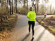 Nederland, Vught, 201450131<br /> Hardlopen in het bos bij Vught. De zon schijnt op de vroege ochtend<br /> Loopschool Wim Akkermans<br /> <br /> Netherlands, Vught, 2201450131<br /> Running in the woods near Vught. <br /> Running School Wim Akkermans