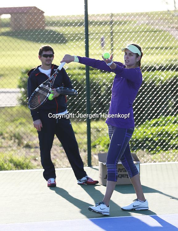 Tennis Profi Julia Goerges (GER) im Trainingslager,Algarve,Portugal,<br /> Julia trainiert Aufschlaege, Trainer Sasha Nensel steht im Hintergrund,Uebung,Training,Ganzkoerper,Hochformat,