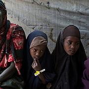 kenya, Dadaab, le 12-08-11 - centre de réception MSF du camp de Daghaley. Avec plus de 10000 nouveaux arrivants par semaine et plus de 400000 réfigiés, en majeure partie des somaliens ayant fuit la guerre et la famine qui sévissent dans leur pays, Dabaab est le plus grand camp de réfugiés au monde.   Une grand-mère de 60 ans et ses trois petites filles viennent juste d'arriver à Dadaab après 12 jours de marche. Leur cheptel de vaches décimé par la sécheresse elles ont décidé de fuir avant qu'il ne soit trop tard. Pour cela elles ont payé un passeur, dormi dehors durant 12 nuits et sont arrivées pieds nus, épuisées.