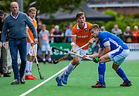 BLOEMENDAAL -  Sander de Wijn (Kampong)  met Jorrit Croon (Bldaal) en coach Michel van den Heuvel (Bldaal)    tijdens finale van de play-offs om de Nederlandse titel, Bloemendaal tegen titelhouder Kampong (1-2). Door de overwinning van Kampong volgt er zondag een derde wedstrijd.   COPYRIGHT KOEN SUYK