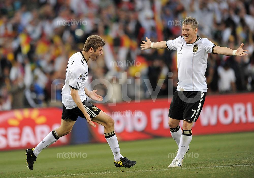 FUSSBALL WM 2010   ACHTELFINALE      27.06.2010 Deutschland - England JUBEL nach dem Tor Thomas MUELLER, Bastian SCHWEINSTEIGER (v. li.,Deutschland)
