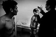 """Luis Lazarte es examinado por el cuerpo médico de la Federación Argentina de Box, chequeo obligatorio antes de una pelea profesional.  A la izquierda se encuentra observándolo su rival argentino,  Elías """"El Puma"""" Coronel de 24 años de edad, Federación Argentina de Box, Almagro, Ciudad Autónoma de Buenos Aires, Argentina."""