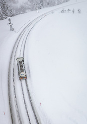 THEMENBILD - ein LKW fährt auf Schneefahrbahn der Glemmerstrasse, aufgenommen am 09. Jaenner 2019 in Saalbach, Oesterreich //  a truck drives on the Glemmerstrasse covered with snow, Saalbach, Austria on 2019/01/09. EXPA Pictures © 2019, PhotoCredit: EXPA/ JFK