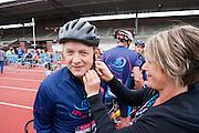 Wielrenners gaan van start in de Gerrie Knetemann Classic vanuit het Olympisch Stadion in Amsterdam. De toertocht wordt voor de vijfde keer gehouden en is begonnen ter nagedachtenis van de in 2004 overleden Nederlandse wielrenner. Deelnemers kunnen afstanden fietsen van 45, 75, 100 en 150 km.<br /> <br /> Cyclists are starting for the Gerrie Knetemann Classic, a tour dedicated to the late Dutch cyclist.