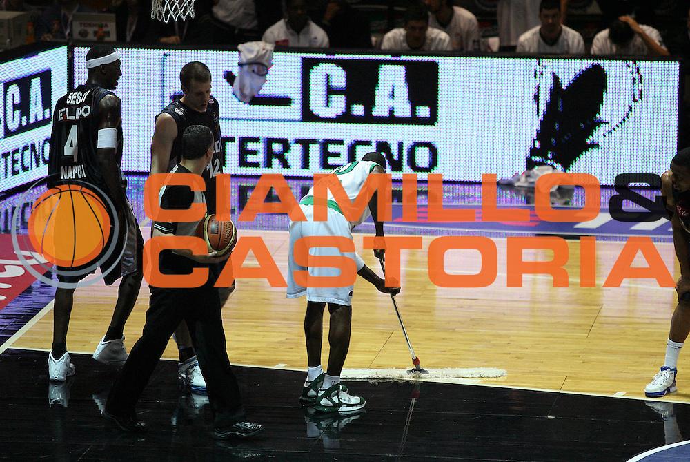 DESCRIZIONE : Bologna Coppa Italia 2006-07 Quarti di Finale Montepaschi Siena Eldo Napoli<br /> GIOCATORE : Sato<br /> SQUADRA : Montepaschi Siena<br /> EVENTO : Campionato Lega A1 2006-2007 Tim Cup Final Eight Coppa Italia Quarti di Finale<br /> GARA : Montepaschi Siena Eldo Napoli<br /> DATA : 09/02/2007<br /> CATEGORIA : Curiosita<br /> SPORT : Pallacanestro <br /> AUTORE : Agenzia Ciamillo-Castoria/G.Cottini
