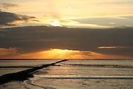 Zonsondergang boven de kwelderwerken in de Waddenzee bij Holwerd.