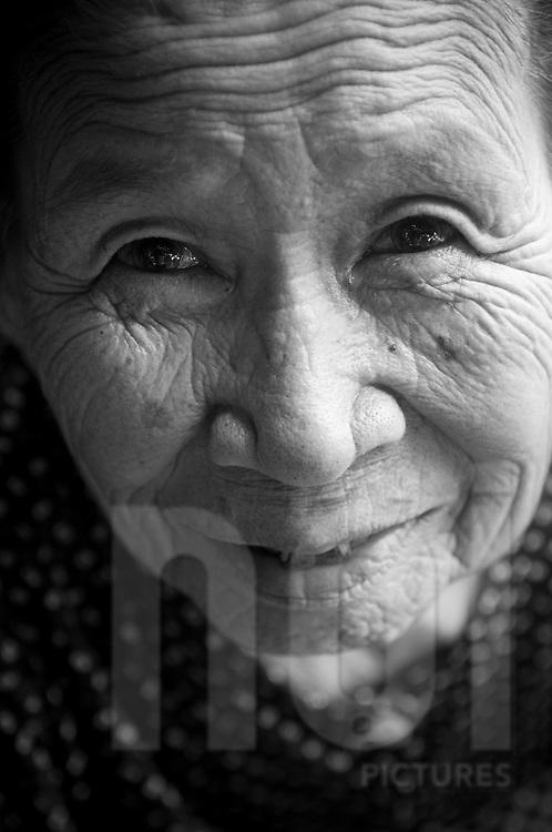Portrait of an old vietnamese woman in Hoi An, Vietnam, Asia. Portrait d'une vietnamienne agée.