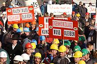 07 NOV 2002, BERLIN/GERMANY:<br /> Demonstraten mit Schildern, Demonstration gegen die Kuerzung der Eigenheimzulage, am Startpunkt Alexanderplatz<br /> IMAGE: 20021107-01-016<br /> KEYWORDS: Demo, Bau, Baugewerbe, Kürzung, Demostrant, demonstrator, Subventionen
