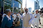 Frankfurt am Main | 27 August 2016<br /> <br /> Ein Samstag auf der Einkaufsstra&szlig;e Zeil in der Innenstadt von Frankfurt am Main, hier: Eine Teilnehmerin einer Kundgebung der Initiative &quot;Pro Bargeld&quot; diskutiert mit einem Mann, der sich als Schaf verkleidet hat.<br /> <br /> photo &copy; peter-juelich.com