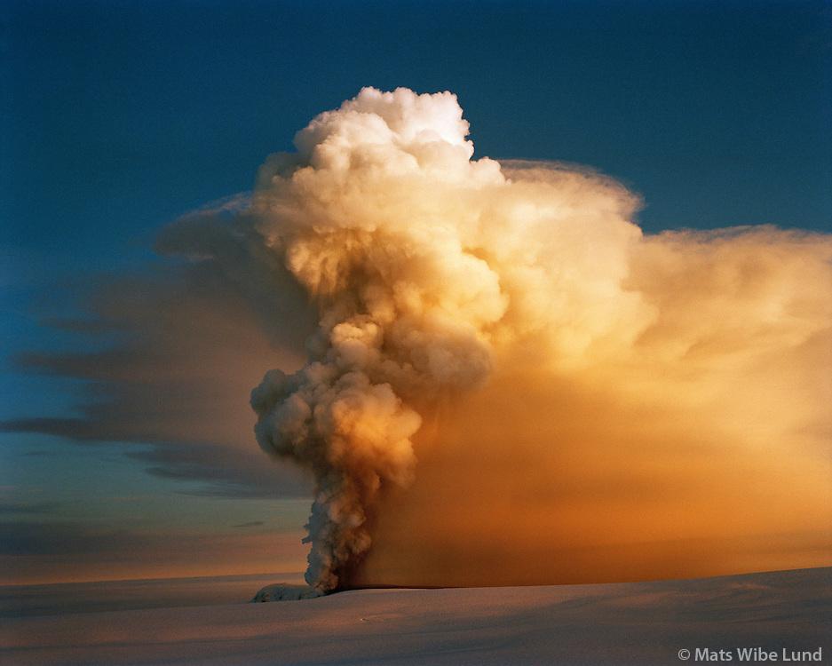 Grímsvötn. Fyrsta eftirmiddegi gossins 18.12.1998.Grimsvotn volcanic eruption in the midst of Vatnajokull glacier 18.12.1998