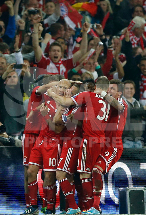 LONDRES, INGLATERRA, 25 DE MAIO 2013 - LIGA DOS CAMPEOES DA EUROPA BAYERN DE MUNIQUE X BORUSSIA DORTMUND - Arjen Robben do Bayern de Munique comemora seu gol com companheiros durante  partida contra o Borussia Dortmund durante a final da Liga dos Campeões da Europa no no Estádio de Wembley em Londres na Inglaterra, neste sábado, 25. (FOTO: JOHN SIBLEY / PIXATHLON / BRAZIL PHOTO PRESS).