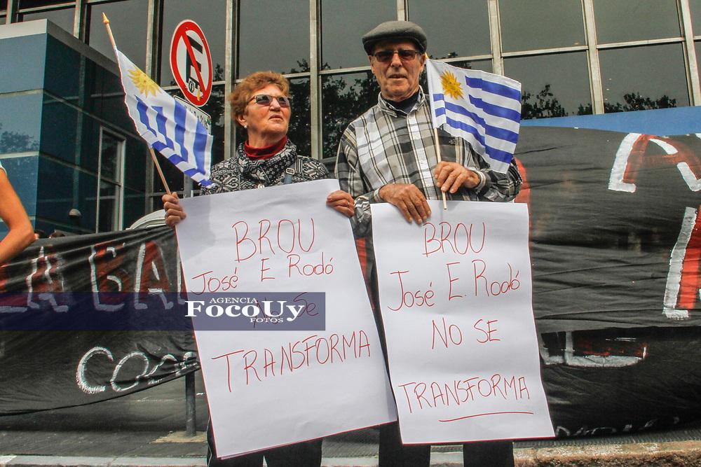 Montevideo, Uruguay.  5 de Octubre de 2017<br /> Funcionarios del BROU se manifestaron en rechazo al cierre de sucursales<br /> <br /> Foto:  Gast&oacute;n Britos / FocoUy