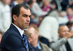 21.09.2013, Upton Park, London, ENG, Premier League, West Ham United vs FC Everton, 5. Runde, im Bild Everton Roberto Martinez waits for the start of their Premiership match against West Ham United at Upton Park. during the English Premier League 5th round match between West Ham United FC and Everton FC at the Upton Park, London, Great Britain on 2013/09/21. EXPA Pictures © 2013, PhotoCredit: EXPA/ Propagandaphoto/ Alan Seymour<br /> <br /> ***** ATTENTION - OUT OF ENG, GBR, UK *****