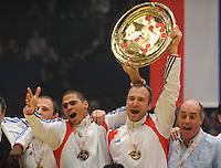 Handball EM Herren 2010 Finale Frankreich - Kroatien 31.01.2010 Daniel Narcisse (links) und Thierry Omeyer (rechts beide FRA) jubeln mit der Trophy fuer den Europameistertitel