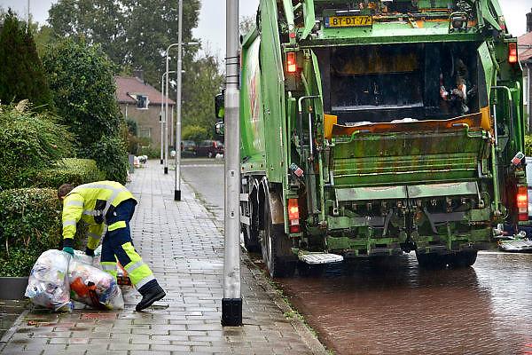 Nederland, Nijmegen, 21-10-2014 Vuilnis ophalen in Lent door werknemers van de gemeentelijke milieudienst DAR. Vuilnisophalers hebben in toenemende mate last van agressief gedrag van het publiek.FOTO: FLIP FRANSSEN/ HOLLANDSE HOOGTE