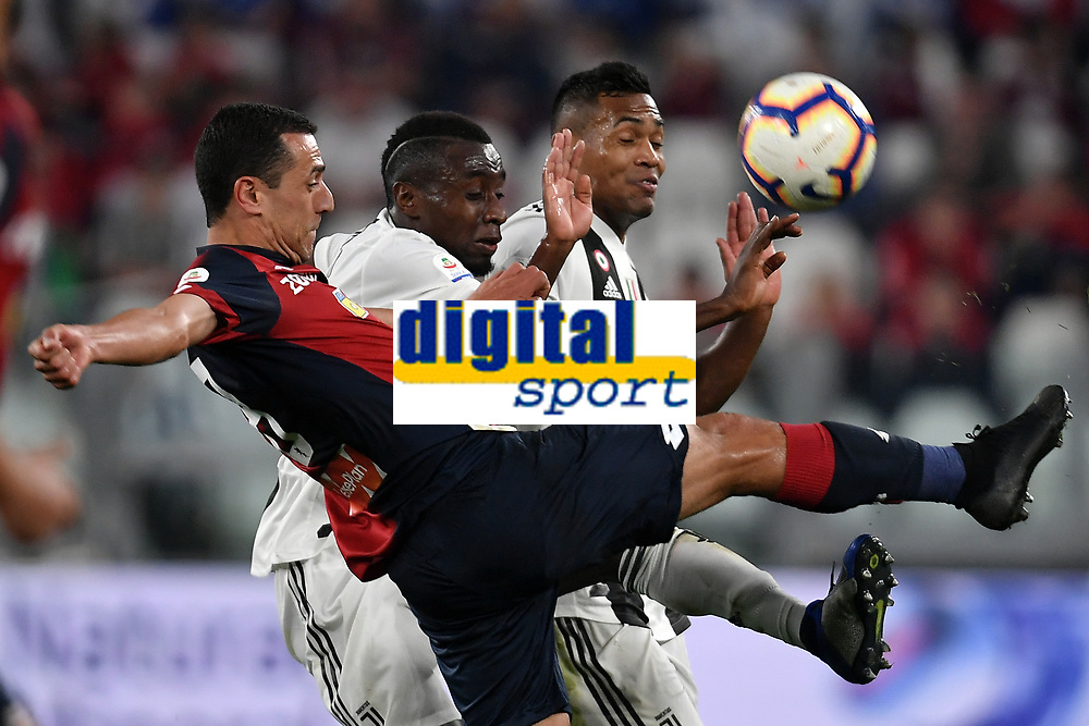Romulo of Genoa, Blaise Matuidi and Alex Sandro of Juventus compete for the ball during the Serie A 2018/2019 football match between Juventus and Genoa CFC at Allianz Stadium, Turin, October, 20, 2018 <br />  Foto Andrea Staccioli / Insidefoto