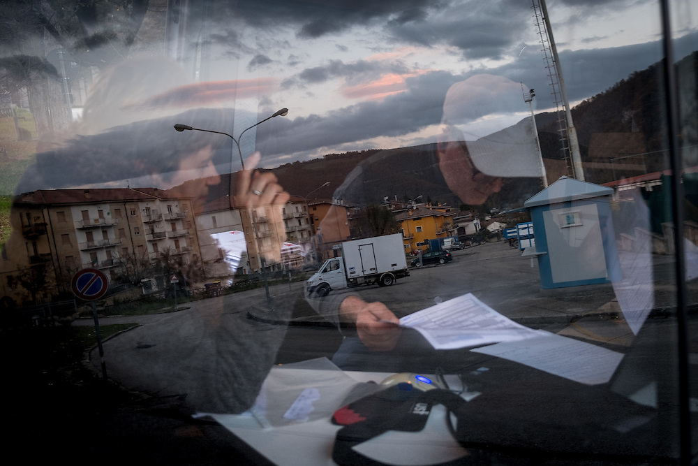 Italy - Italien - ITALIA;  terra ferita - nach den Erdbeben - Reise durch die Regionen Latium, Umbrien und Marken ;  Aftermath Earthquake Regions in Central Italy; HIER im Ort Cascia/Umbrien - der CGIL Gewerkschafter Piero Carosi, 62, berät eine Frau in seinem mobilen Büro, einem Wohnmobil - Bürokratie; 18.11.2016
