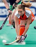 Ellen Hoog probeert met een backhandschot te scoren.