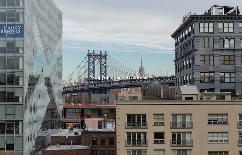 Manhattan bridge seen from Brooklyn bridge, New-York City.