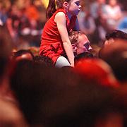 NLD/Amsterdam/20050518 - Concert Black Eyed Peas, .publiek, kind op schouder, vader, jeugd, bezoekster