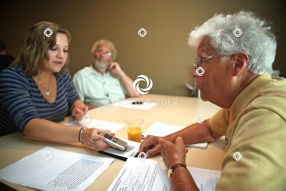 ZALTBOMMEL - Mevrouw Lena Kraaij, rechts op de foto, uit Well krijgt les van jongeren hoe een mobiel telefoon werkt. Ze leren hoe ze kunnen sms-en, foto's maken en natuurlijk hoe je moet bellen. FOTO LEVIN DEN BOER - PERSFOTO.NU