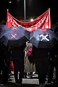 Frankfurt | 07 October 2016<br /> <br /> Am Freitag (07.10.2016) versammelten sich in Wetzlar etwa 80 Neonazis aus dem Umfeld der NPD, von neonazistischen Freien Kameradschaften, dem sog. Freien Netz Hessen und der Identit&auml;ren Bewegung zu einer Demonstration &quot;gegen &Uuml;berfremdung&quot;. Die geplante Demo-Route war von etwa 1600 Anti-Nazi-Aktivisten blockiert, daher wurde den Neonazis eine neue Demoroute durch Altstadt und Innenstadt von Wetzlar vorbei am Wetzlarer Dom zugewiesen. Auch hier stellten sich den Rechten immer wieder Aktivisten in den Weg.<br /> Hier: Aktivisten aus dem Unfeld der Neonazi-Netzwerks Freies Netz Hessen (FN Hessen) stehen vor Beginn der Demo auf einem Parkplatz am Bahnhof von Wetzlar und verstecken sich hinter Transparenten, sie tragen Schirme mit der Aufschrift &quot;M&auml;rkte brauchen Grenzen&quot; und gekreuztem Hammer und Schwert.<br /> <br /> photo &copy; peter-juelich.com<br /> <br /> FOTO HONORARPFLICHTIG, Sonderhonorar, bitte anfragen!