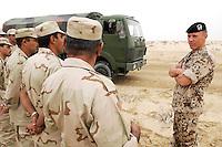 10 DEC 2004, ABU DHABI/UNITED ARAB EMIRATES:<br /> Ein Soldat des Ausbildungskommandos der Bundeswehr fuer irakische Soldaten waehrend der praktische Fahrausbildung mit LKWs der Bundeswehr, bei Abu Dhabi<br /> IMAGE: 20041210-01-026<br /> KEYWORDS: Reise, Vereinigte Arabische Emirate, VAE, UAE