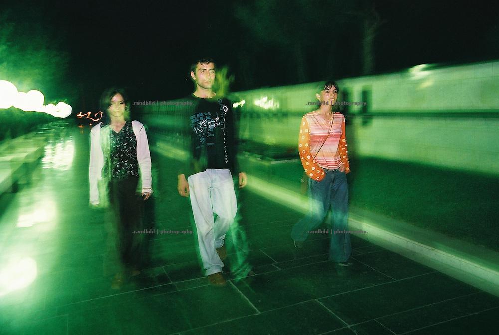 Jugendliche Aseris schlendern an einem Samstagabend durch die Aserbaidschanische Hauptstadt Baku. Young aseris walk through the City of Baku.