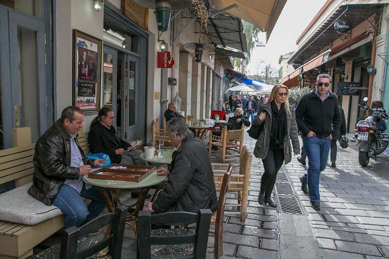Nelle vivaci strade intorno all'Acropoli si concentrano vecchie taverne e moderni locali