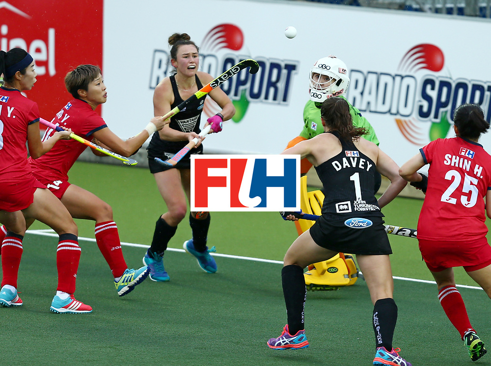 New Zealand, Auckland - 18/11/17  <br /> Sentinel Homes Women&rsquo;s Hockey World League Final<br /> Harbour Hockey Stadium<br /> Copyrigth: Worldsportpics, Rodrigo Jaramillo<br /> Match ID: 10295 - NZL vs KOR<br /> Photo: (25) SMITH Kelsey attack (1) JANG Soo Ji&nbsp;(GK) and (14) CHO Yun Kyoung