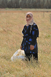 23.10.2008, Palmyra, SYR, IS ueberrennt antike Oasenstadt Palmyra, Die Terror Organisation Islamische Staat hat die syrische Oasenstadt Palmyra eingenommen. Damit droht eine der bedeutendsten antiken Stätten des Nahen Ostens zerstört zu werden, im Bild Archivmaterial, Syrische Feldarbeiterin, (Naehe Palmyra) // Islamic State (IS) fighters in Syria are said to have seized part of the town next to Palmyra, one of the Middle East's greatest archaeological sites, Palmyra, Syria on 2008/10/23. EXPA Pictures © 2015, PhotoCredit: EXPA/ Eibner-Pressefoto/ Harzer<br /> <br /> *****ATTENTION - OUT of GER*****