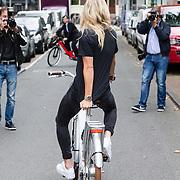 NLD/Amsterdam/20160614 - Contract ondertekening Besv e-bikes en Estavana Polman, fietsend door Amsterdam