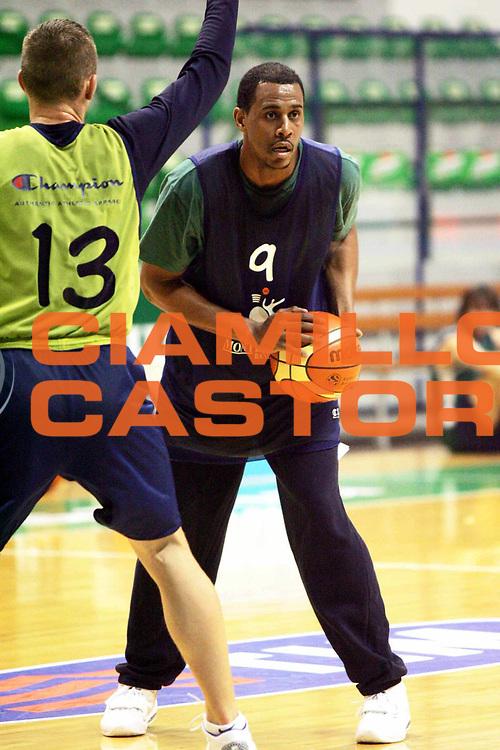 DESCRIZIONE : Siena Lega1 2005-2006 Primo allenamento di Jamel Thomas<br />GIOCATORE : Thomas<br />SQUADRA : Montepaschi Siena<br />EVENTO : Campionato Lega A1 2005-2006<br />GARA :  <br />DATA : 01/01/2006 <br />CATEGORIA : <br />SPORT : Pallacanestro <br />AUTORE : Agenzia Ciamillo-Castoria/P.Lazzeroni<br />Galleria : Lega Basket A1 2005-2006<br />Fotonotizia : Siena Lega1 2005-2006 Primo allenamento di Jamel Thomas<br />Predefinita :